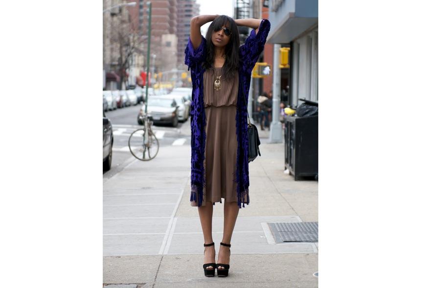 Bohemian style con abito plissè, scialle vintage e peep toe foto 1