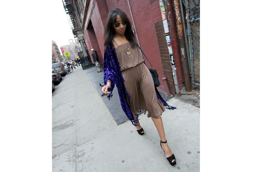Bohemian style con abito plissè, scialle vintage e peep toe foto 3