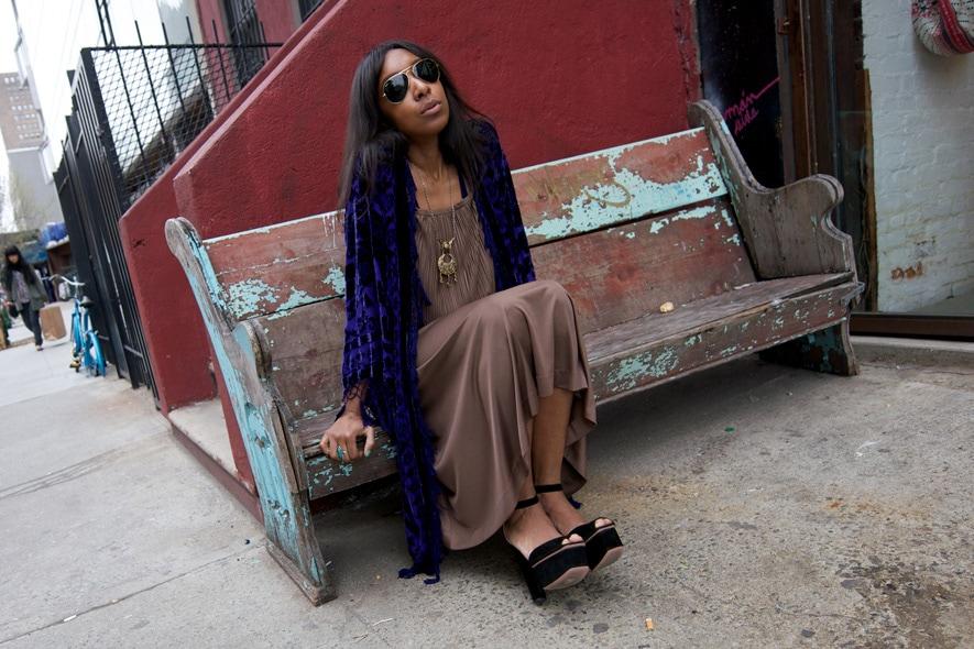 Bohemian style con abito plissè, scialle vintage e peep toe foto 4