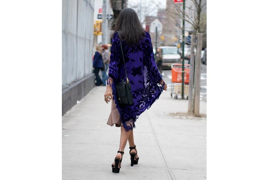 Bohemian style con abito plissè, scialle vintage e peep toe foto 5