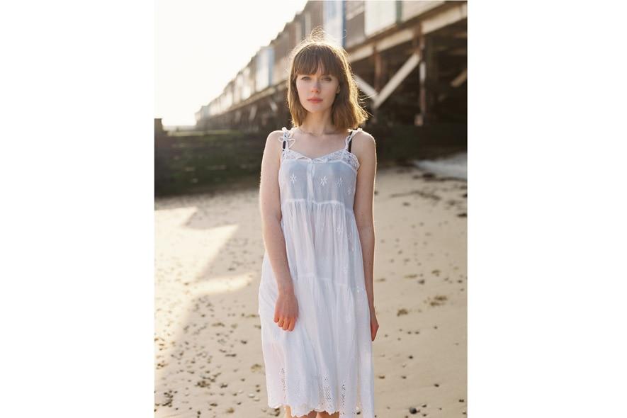 Claire Healy con abito bianco 3