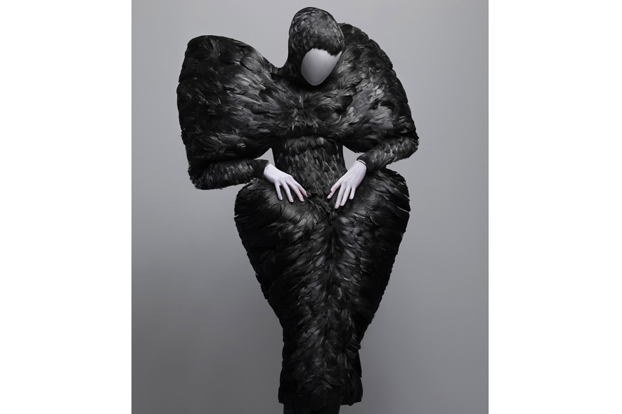 Alexander McQueen abito con piume nere