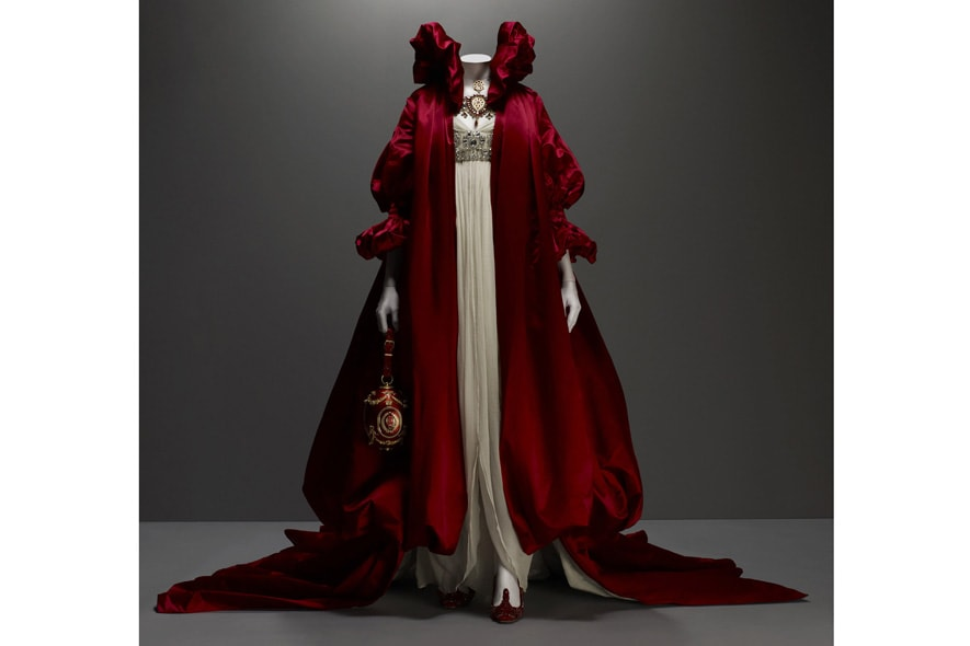 Alexander McQueen abito in seta con pietre e soprabito in seta scarlatta