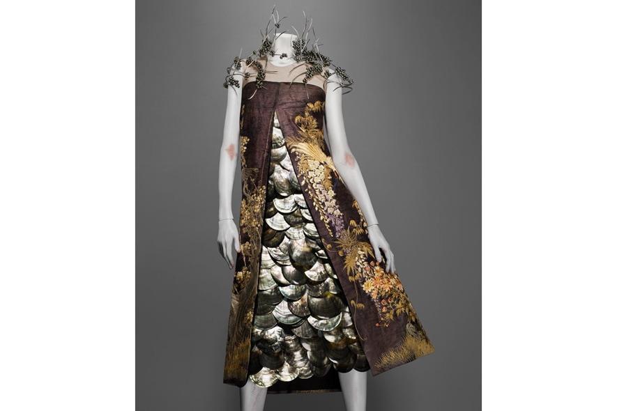 Alexander McQueen abito ricamato con dettagli di conchiglie e perle