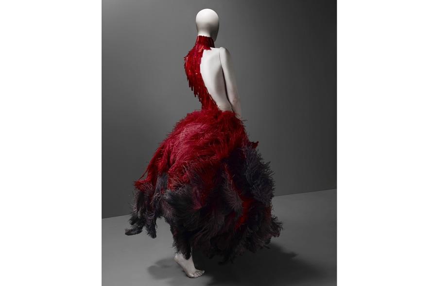 Alexander McQueen abito rosso con pume e macro paillettes