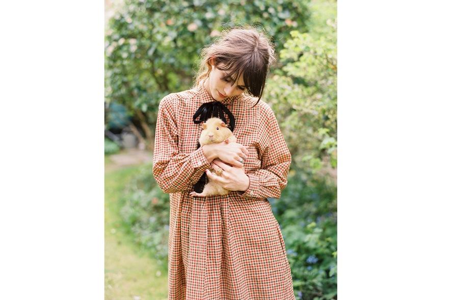 Cara Dawson con abito camicia a quadretti vintage e fiocchetto nero 3