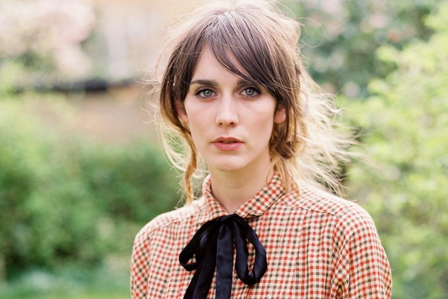 Cara Dawson con abito camicia a quadretti vintage e fiocchetto nero 4