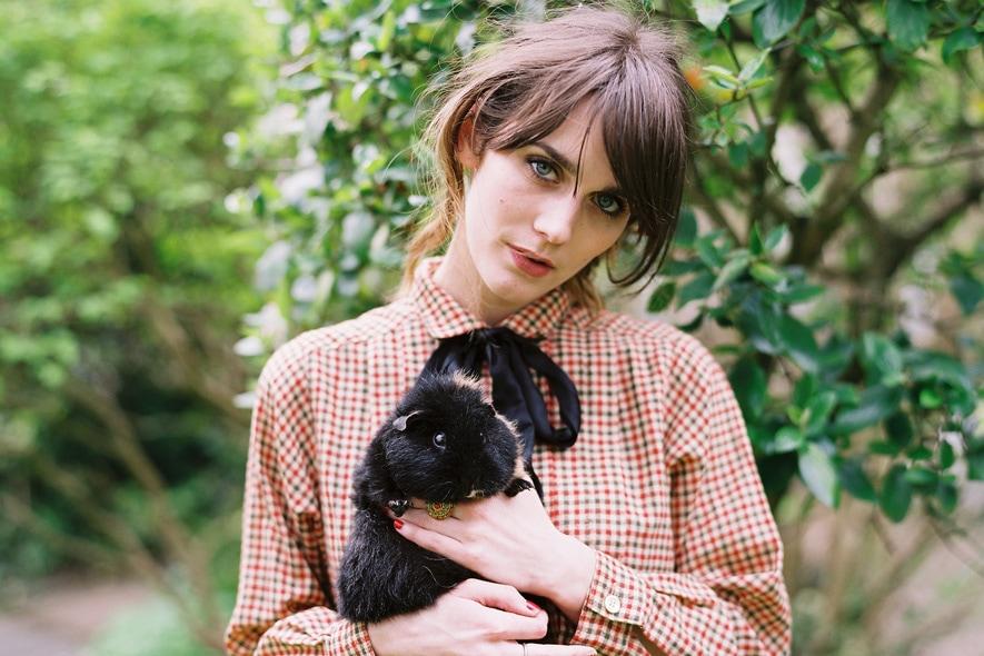 Cara Dawson con abito camicia a quadretti vintage e fiocchetto nero 5