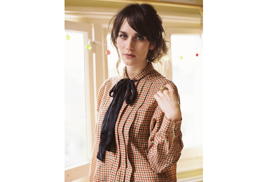 Cara Dawson con abito camicia a quadretti vintage e fiocchetto nero 6