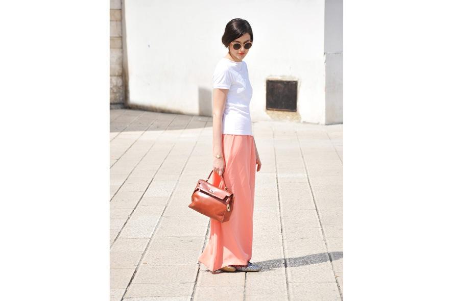 look minimal giorno con gonna lunga, t-shirt, stringate, occhiali da sole Super e borsa vintage 1
