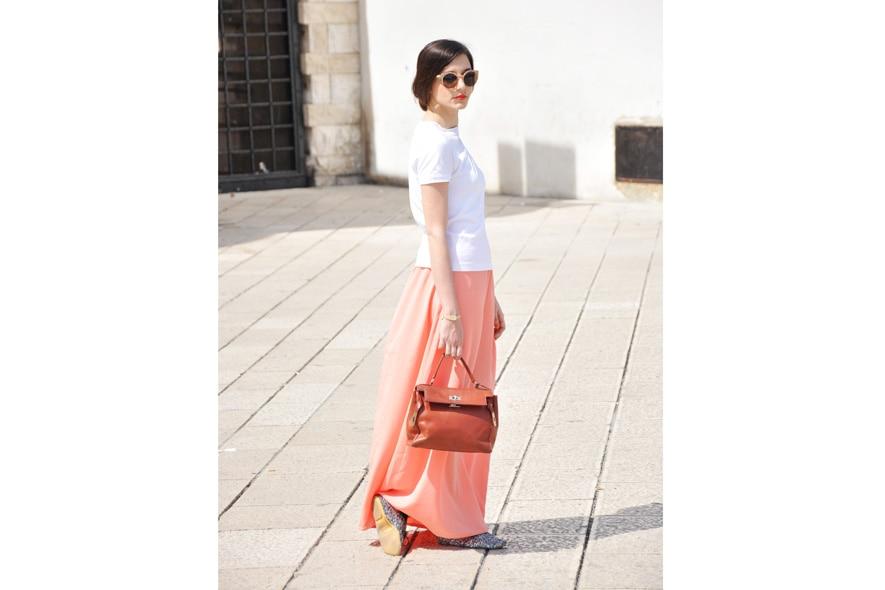 look minimal giorno con gonna lunga, t-shirt, stringate, occhiali da sole Super e borsa vintage 2