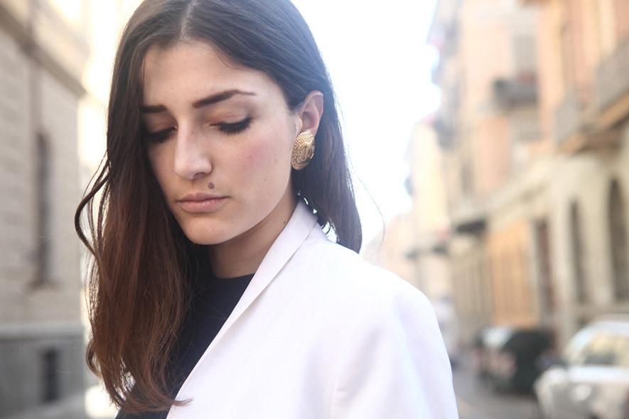 look minimal sera giacca maschile, t-shirt nera, orecchino chanel