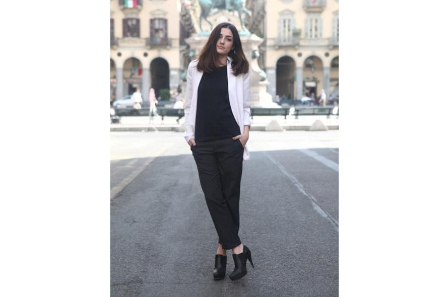 look minimal sera giacca maschile, t-shirt nera, pantaloni e tronchetti 1