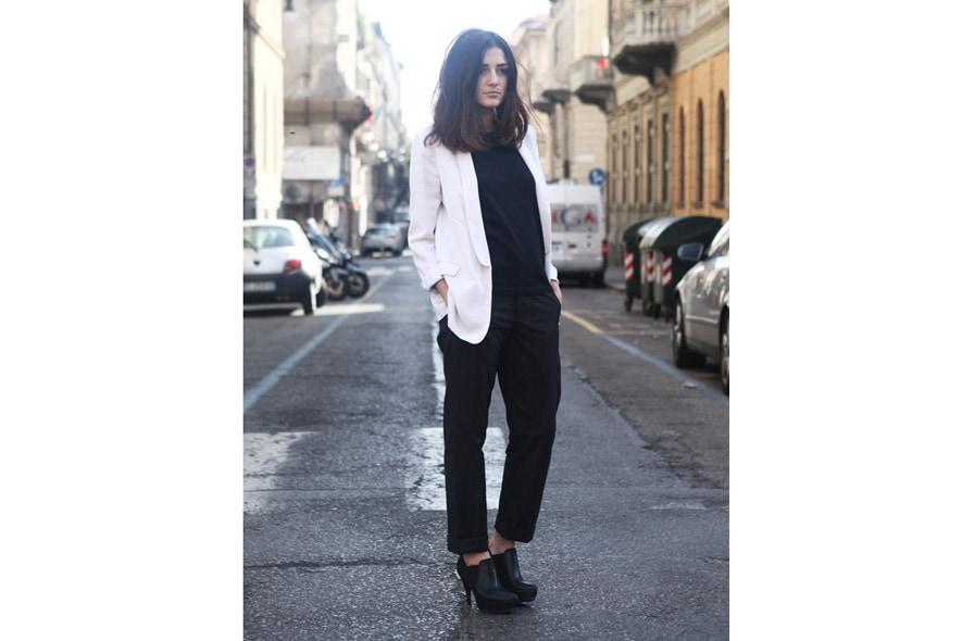 look minimal sera giacca maschile, t-shirt nera, pantaloni e tronchetti 2