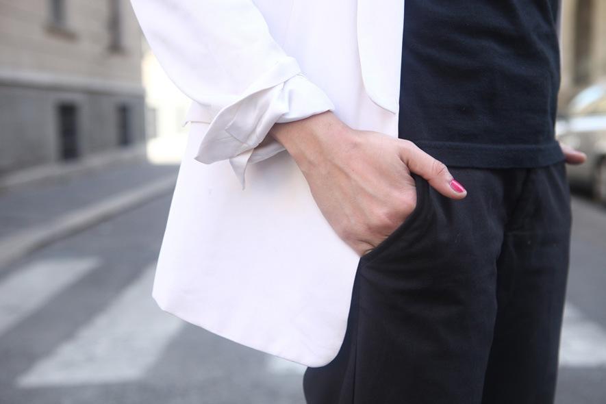 look minimal sera giacca maschile, t-shirt nera, pantaloni
