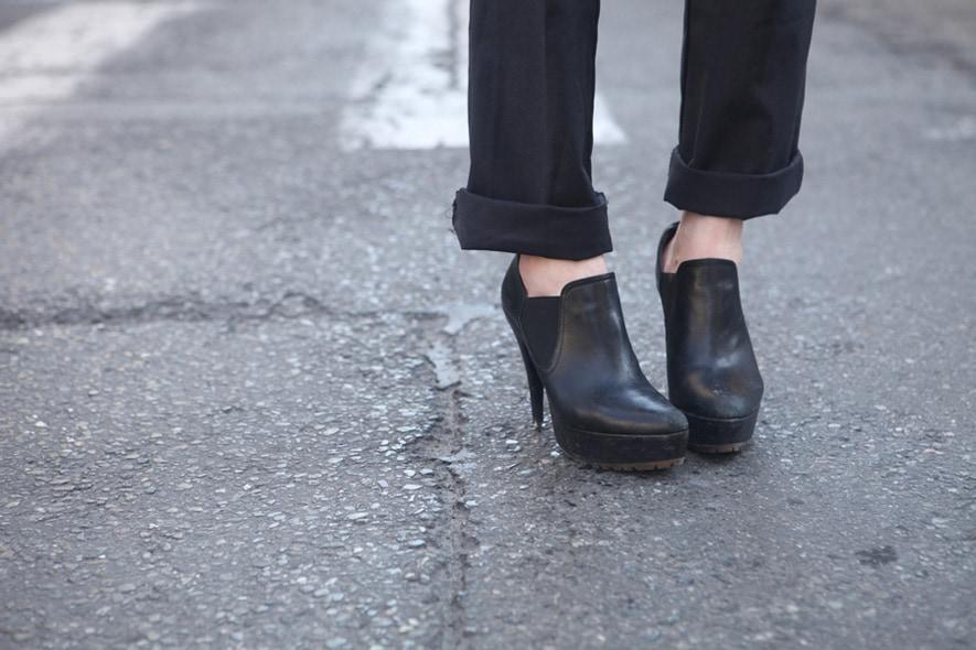 look minimal sera tronchetti e pantaloni con risvolto