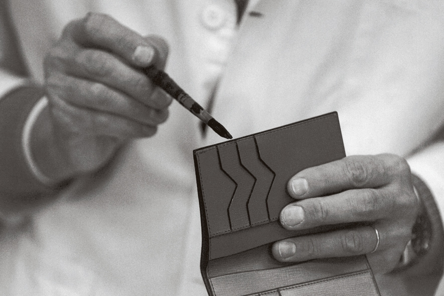 Valextra artigiano che dipinge costa
