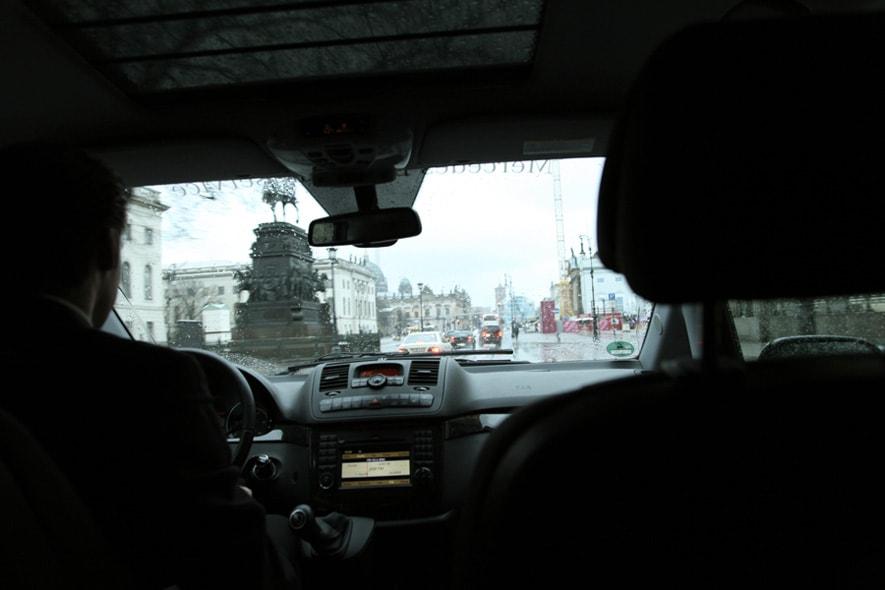 negli shuttle mercedes benz in giro per la città piovosa