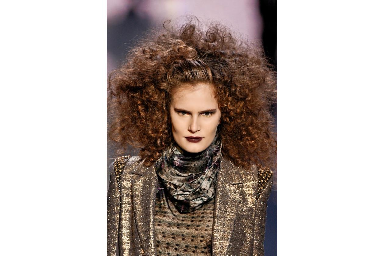 La nuova stagione segna il ritorno dei capelli ricci super voluminosi (Badgley Mischka)