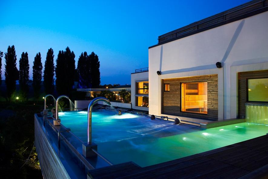 La piscina dell'Aspria Harbour Club SPA di notte