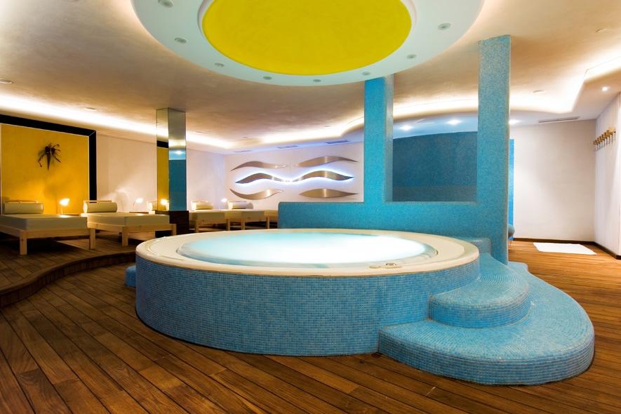 La vasca idromassaggio della Beauty SPA Vives