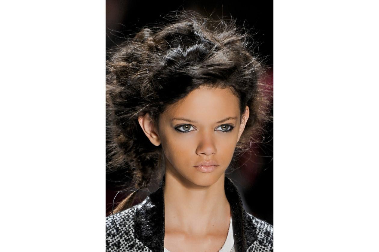 Mossi e raccolti i capelli della modella di Custo Barcelona