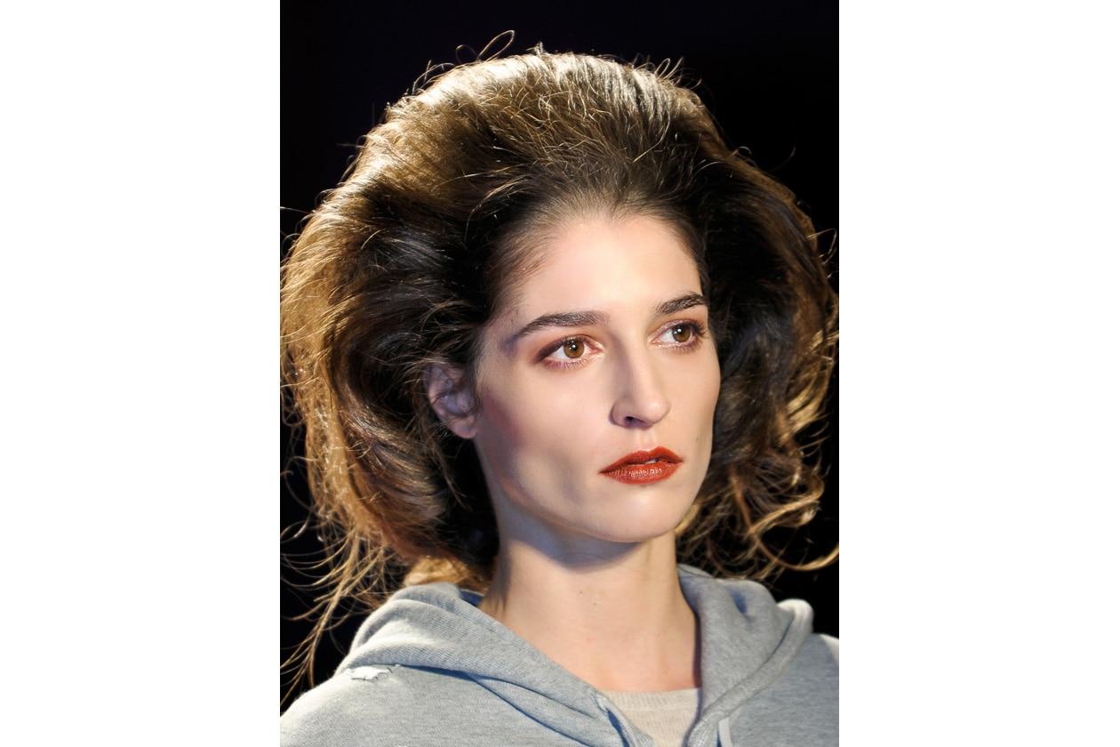 Volume hair: capello lavorato con lacca e gel per Chadwick Bell