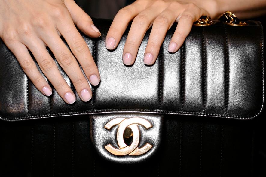 Jill Stuart valorizza la mano con un accessorio très chic