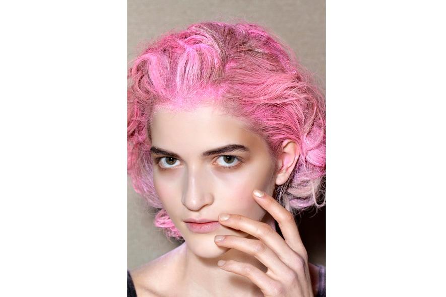 L'equilibirio dei colori: fluo sui capelli, trasparente sulle mani (Thakoon)