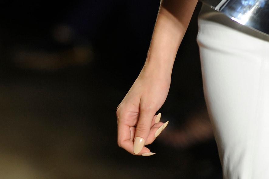 Lunghi unghe per Cushnie et Ochs che immaginano una donna più decisa e aggressiva