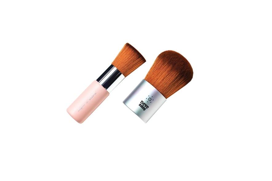 Un must have: i pennelli per stendere fondotinta e cipria di Neve Cosmetics