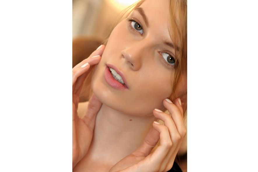 Un rosa chiarissimo per le mani della modella di Mila Schön