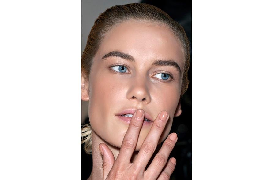 VPL preferisce lacche tra il beige e l'albicocca per unghie dalla forma estremamente regolare