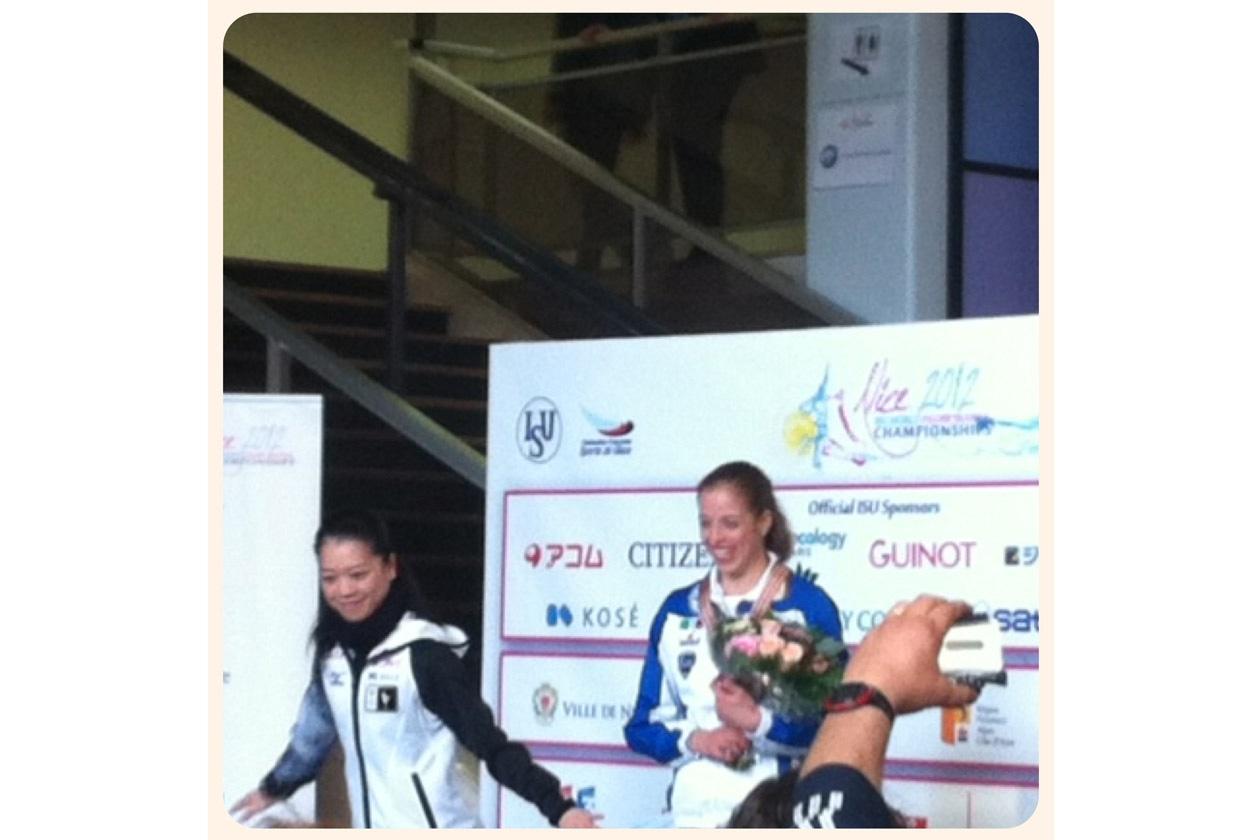 Carolina Kostner, (primo posto) e Akiko Suzuki (terzo) durante la premiazione prima del Gala
