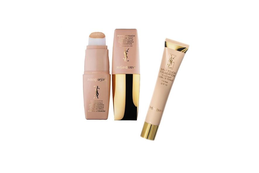 Il Perfect touch è un fondotinta a pennello rivelatore di luminosità, mentre il Matt Touch Foundation assicura un velo mat sulla pelle (Yves Saint Laurent)