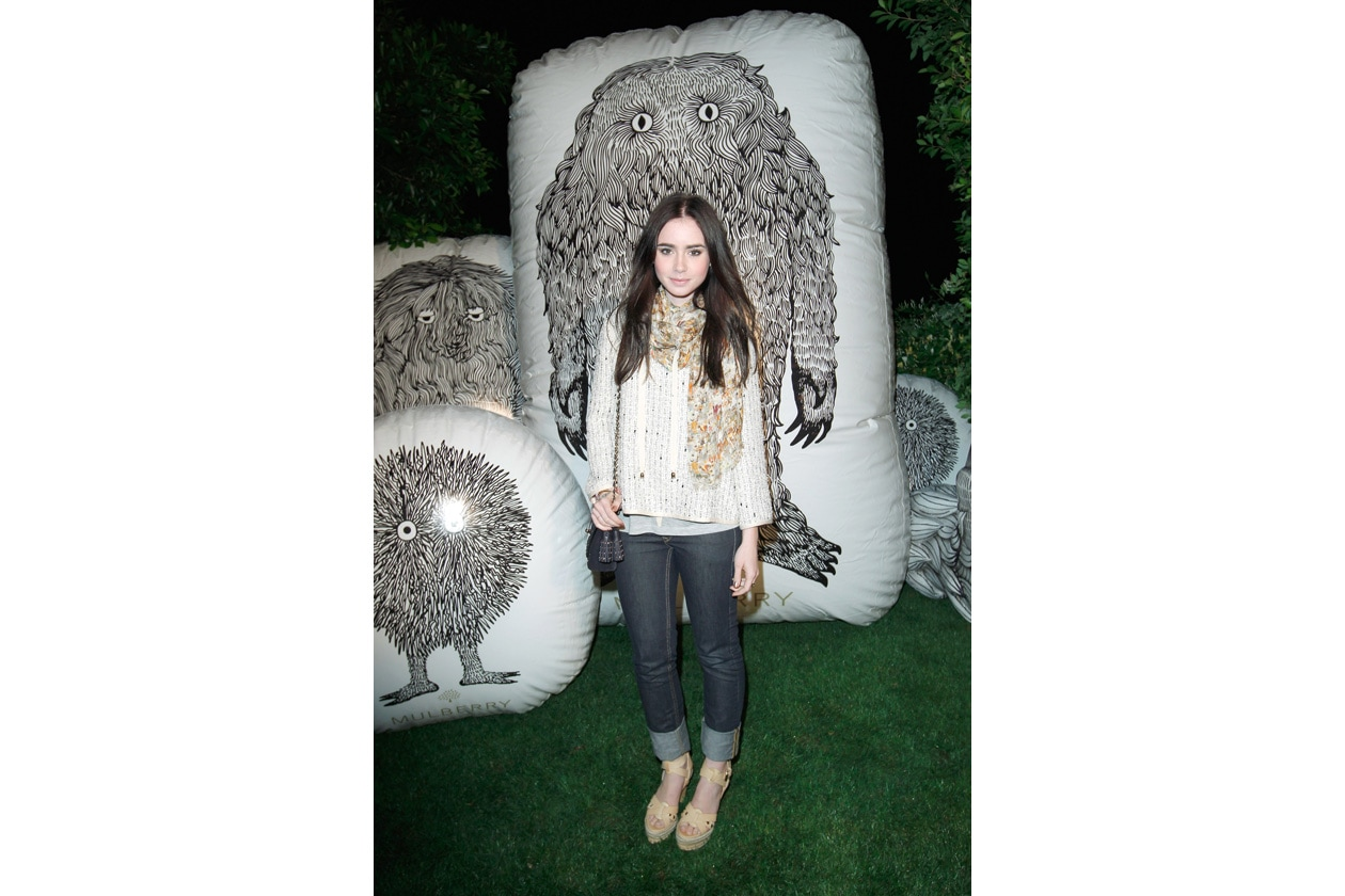 Lily Collins in Windbreaker Summer Boucle Pebbled Beige, Woven Sandal in Wheatfield Mixed Material, Squar ePrinted Scarf in Multicolour Bonkers Beach Print and carrying Lily with Tassels in Ink Blue 2