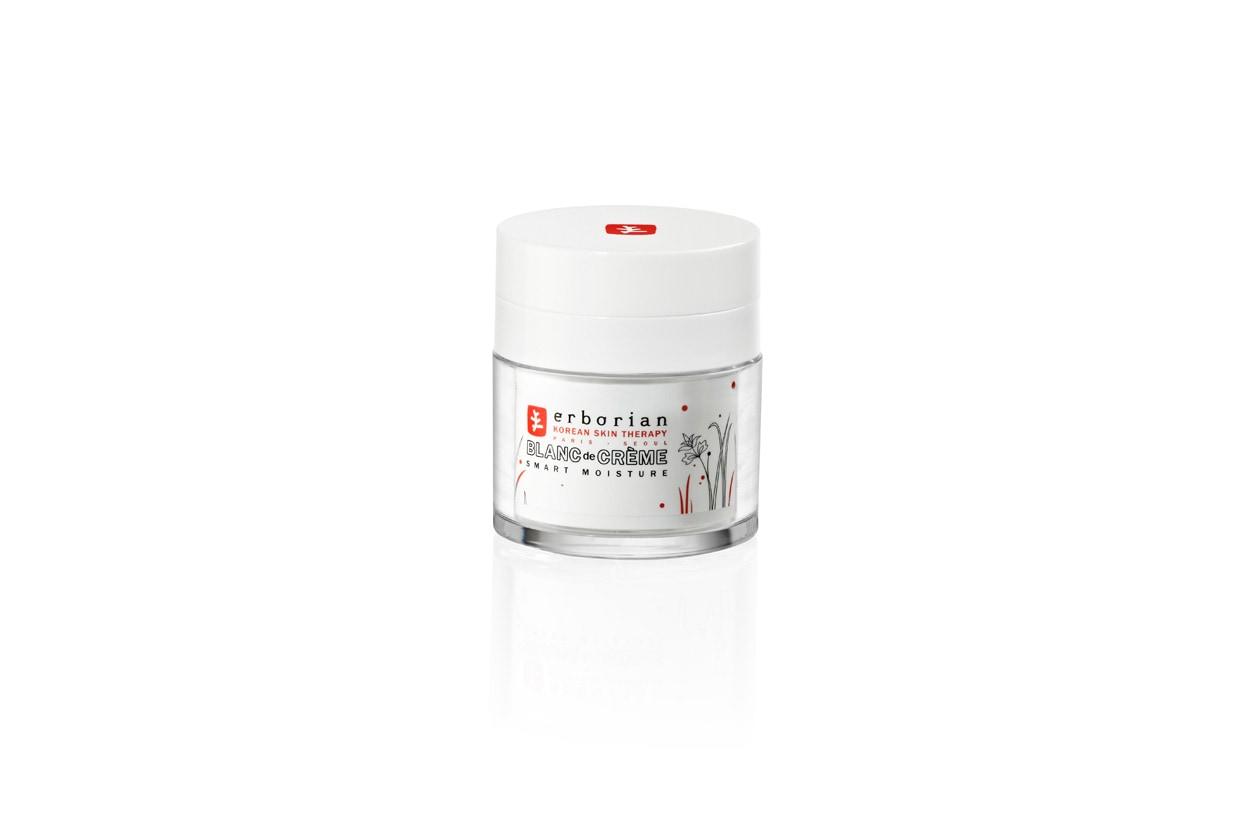 Blanc de Crème Smart Moisture di Erborian garantisce un elevato livello di idratazione e aiuta a prevenire le macchie cutanee