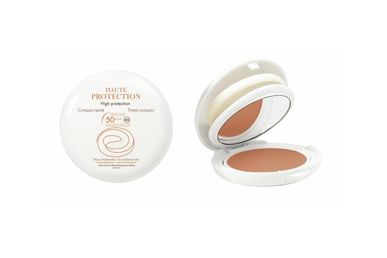 La crema compatta colorata con spf 50 di Avène uniforma e protegge l'incarnato