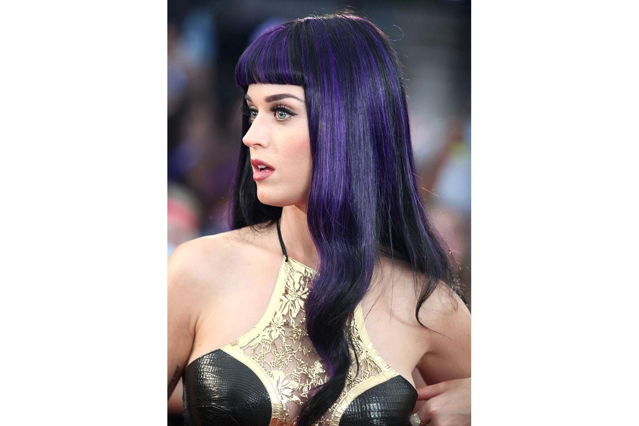 Dopo il rosa, il verde e il turchese, per Katy Perry è arrivato il momento dei capelli neri con striature blu