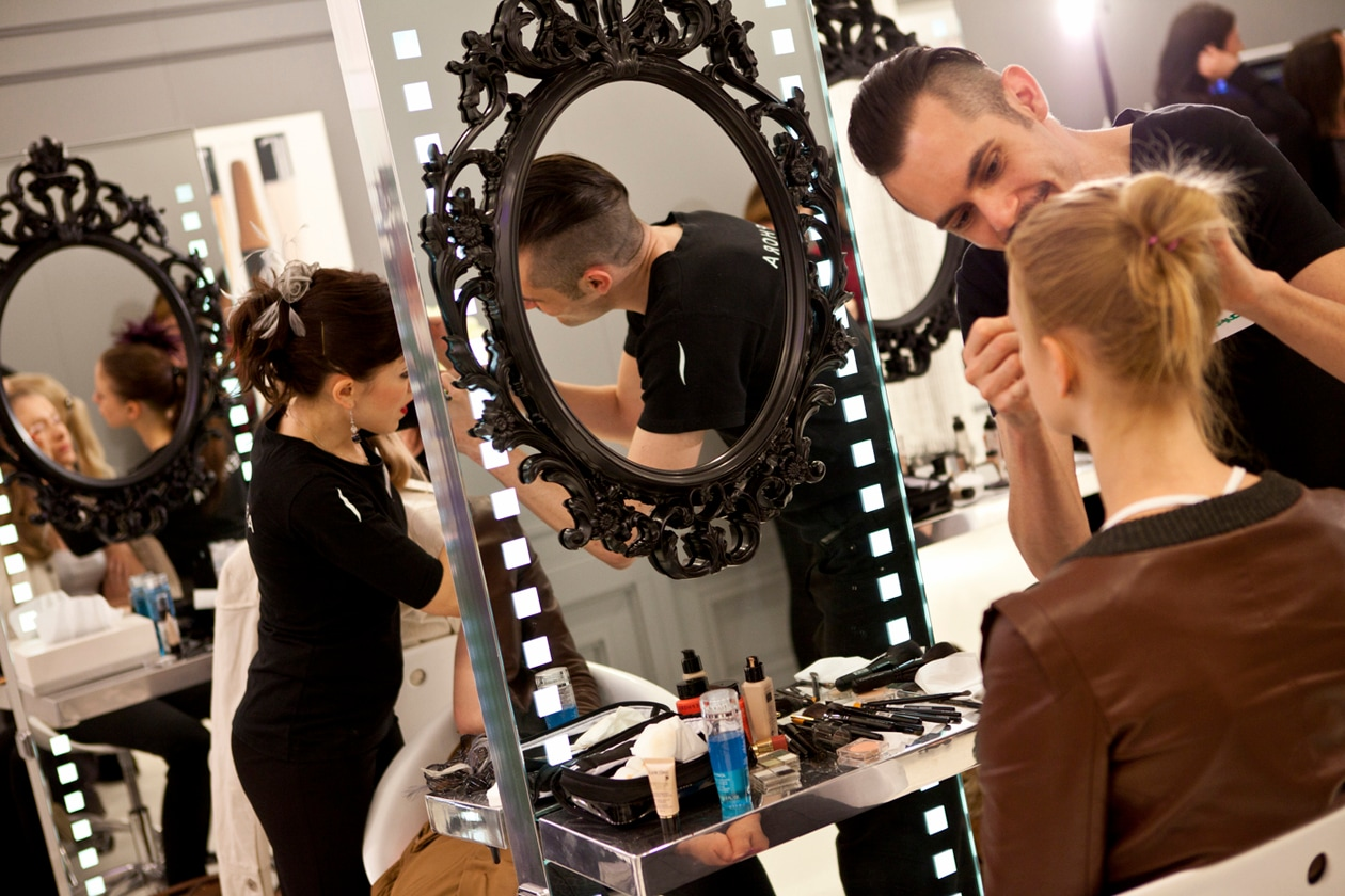 I make up artist all'opera: l'obiettivo è trasformare le modelle in star da red carpet