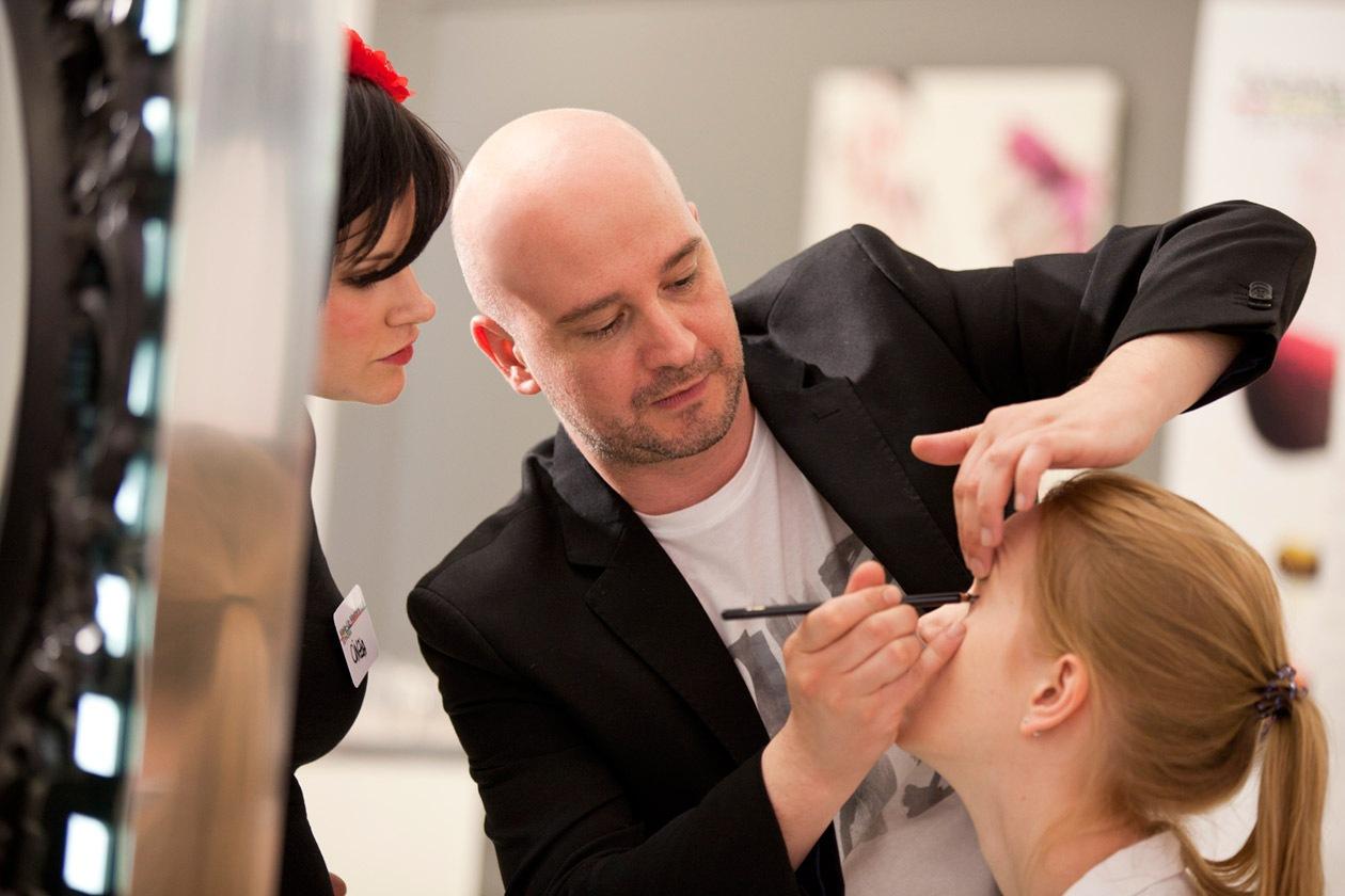 Il National Make Up Artist Lancôme, Claudio Fratoni, segue il lavoro dei truccatori dei Make Up Masters di Sephora