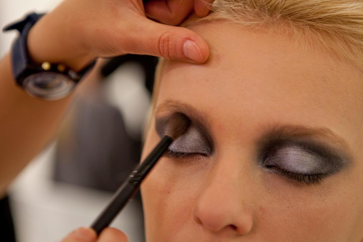 Il focus è sugli occhi: le modelle sfoggiano smoky dal verde, bellissimo di giorno, al nero e blu, perfetto per la sera