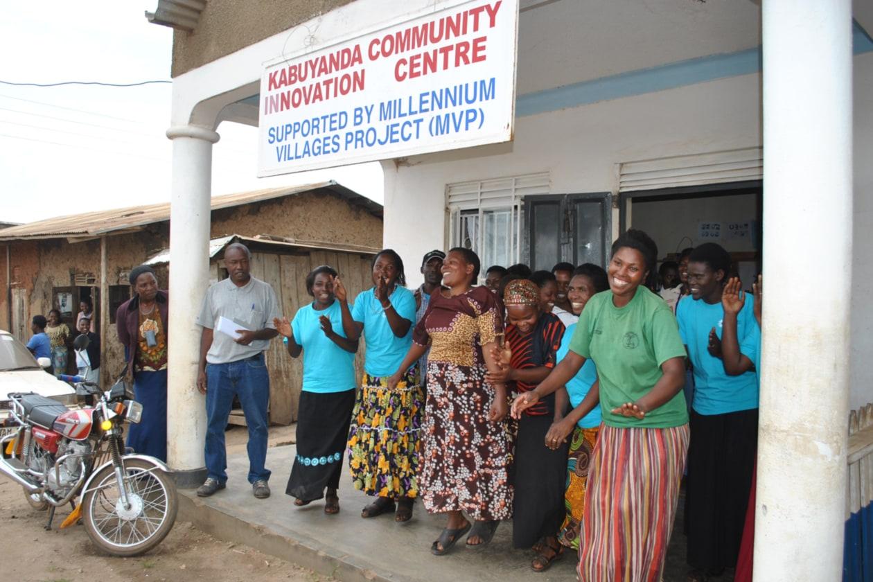 Le donne ci accolgono al Kabuyanda Community Innovation Center