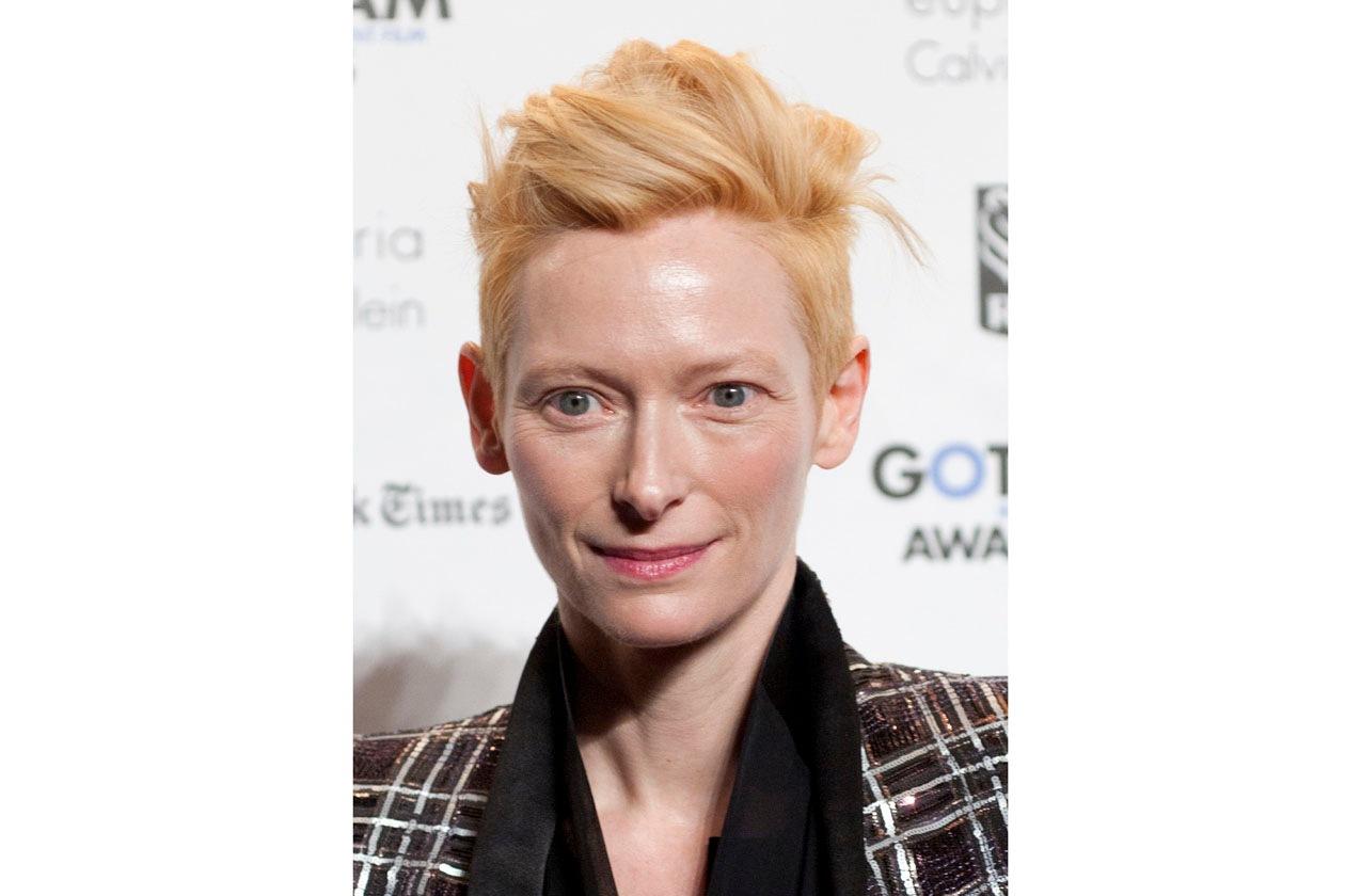 Look androgino per Tilda Swinton che al Festival di Cannes ha sfoggiato un capellocorto e un make up nude perfetto sulla sua pelle di porcellana