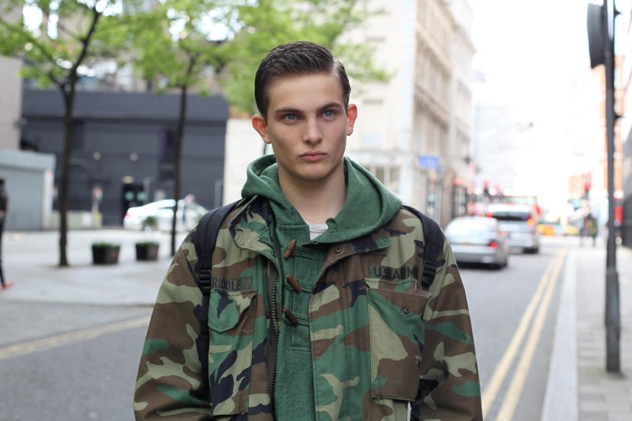 Modello 'off duty' con giacca militare oversize