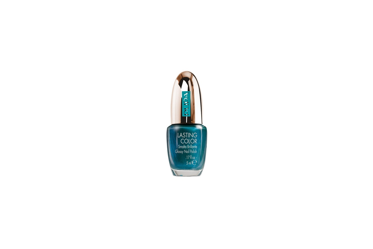 Per seguire il mood marino, consigliamo lo smalto St. Barths Turquoise 728 di Pupa, glossy, intenso e resistente