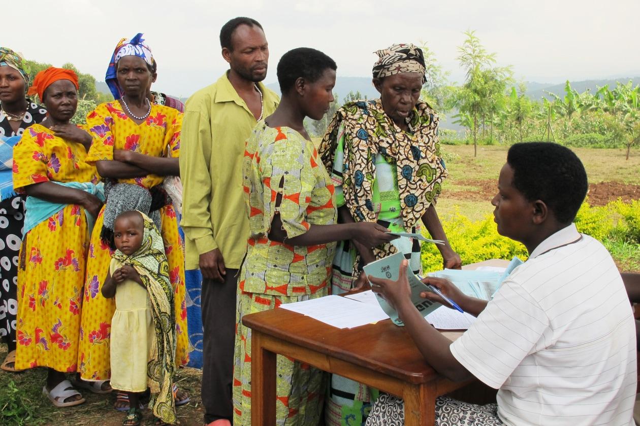 Persone in coda al Kabuyanda Health Centre