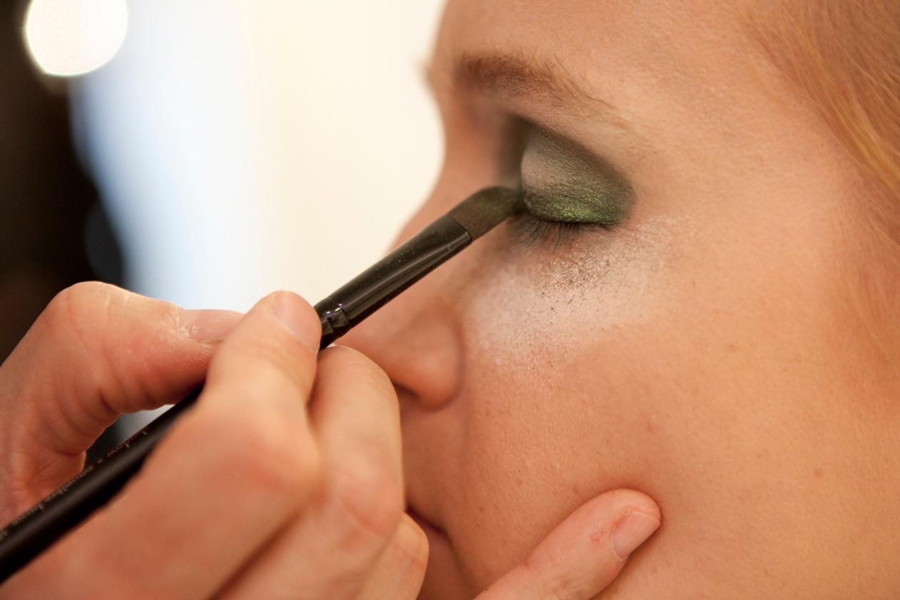 Prima di stendere l'ombretto verde, il consiglio del make up artist è di usare una crema contorno occhi come la Hydra Zen Yeux