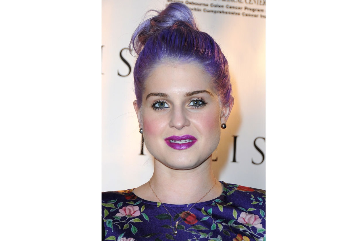 Un solo colore per Katy Osbourne che passa dal grigio al viola