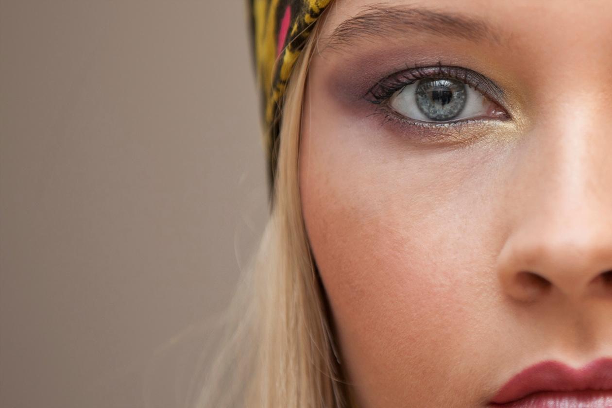 Una polvere più scura verso l'esterno dell'occhio regala profondità allo sguardo